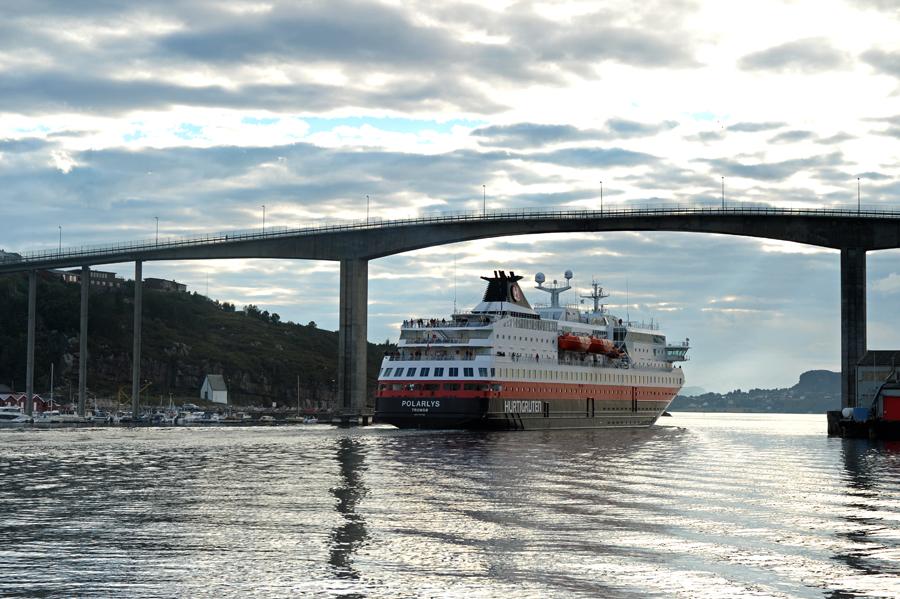 Brueckenunterquerung bei Kristiansund mit einem Hurtigruten Postschiff