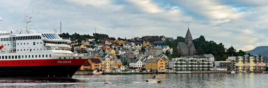 Auslaufen des Postschiffs MS Polarlys aus dem Hafen von Kristiansund