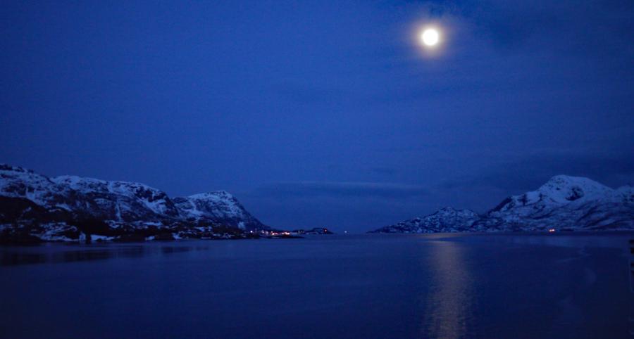 Polarnacht bei Vollmond über norwegischen Fjorden